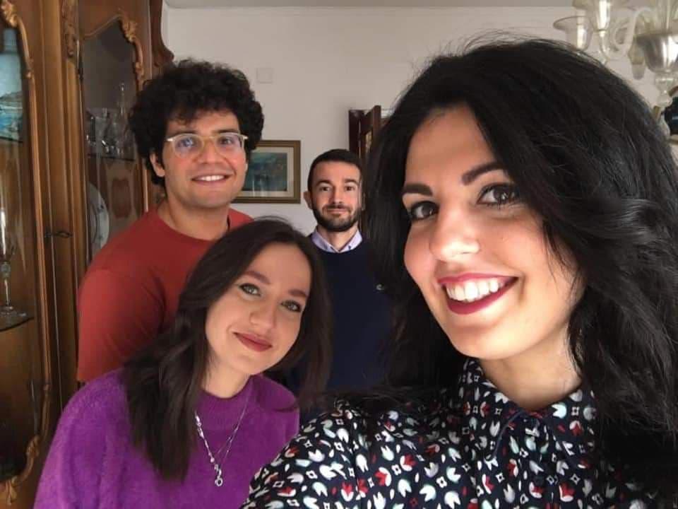 in senso orario dalla ragazza in viola: Giulia ESP, Giovanni AP, Michele IA Dark, Federica IP